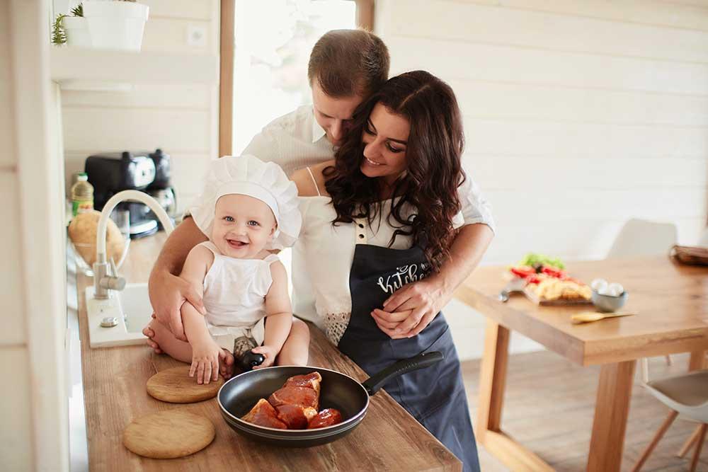 familia cocinando feliz bebé carne