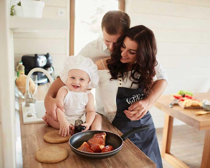 bebe familia cocina feliz